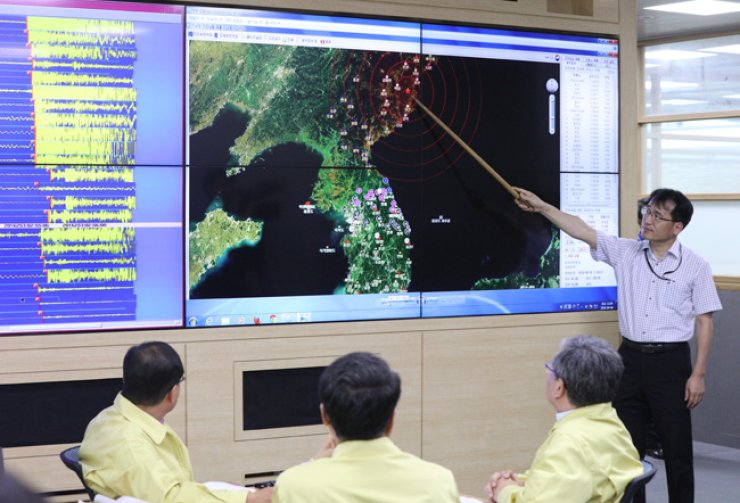 A briefing about the test at the nuclear site at Punggye-ri, North Hamgyong Province, is held at the Korea Meteorological Administration. / Yonhap