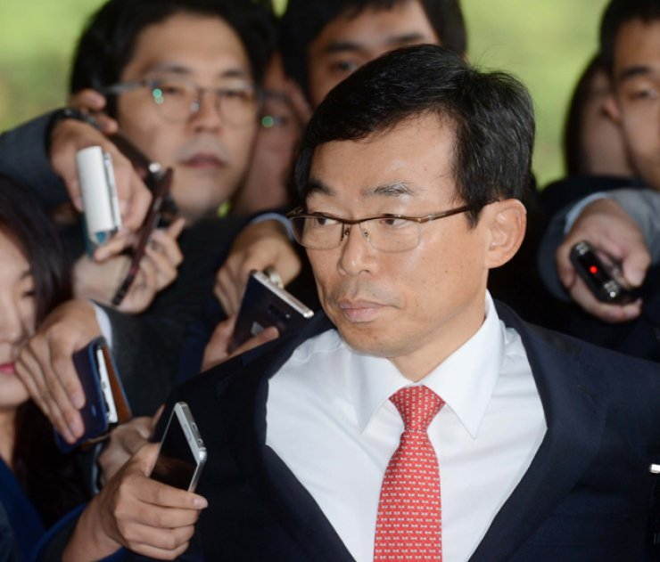 Federation of Korean Industries Vice Chairman Lee Seung-cheol arrives at the Seoul Central District Prosecutor's Office in Seoul, Friday, for questioning on the Choi Soon-sil scandal. / Korea Times photo by Shin Sang-soon