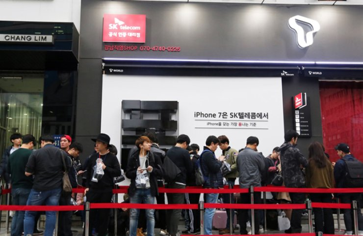 <span>People line up to buy iPhone 7s at an SK Telecom sales outlet in central Seoul in this Oct. 21 file photo. <br />/ Courtesy of SK Telecom</span><br /><br />