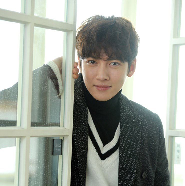 Actor Ji Chang-wook poses during an interview at a cafe in Seoul, Monday. / Korea Times photo by Choi Jae-myung