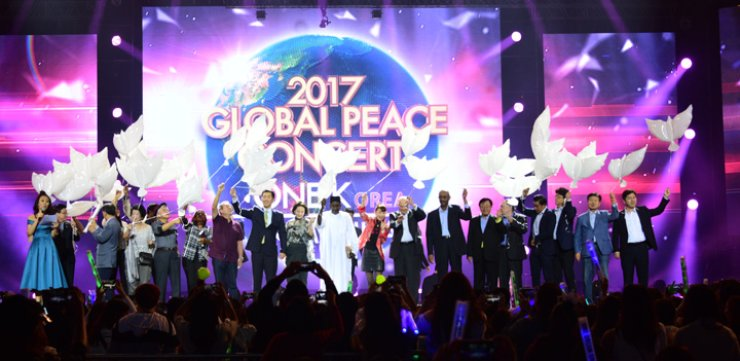 <span>One-K Global Campaign Organizing Committee members wave their hands during the Global Peace Concert at the Mall of Asia Arena in Manila, Thursday. / Courtesy of One-K Global Campaign Organizing Committee</span><br /><br />