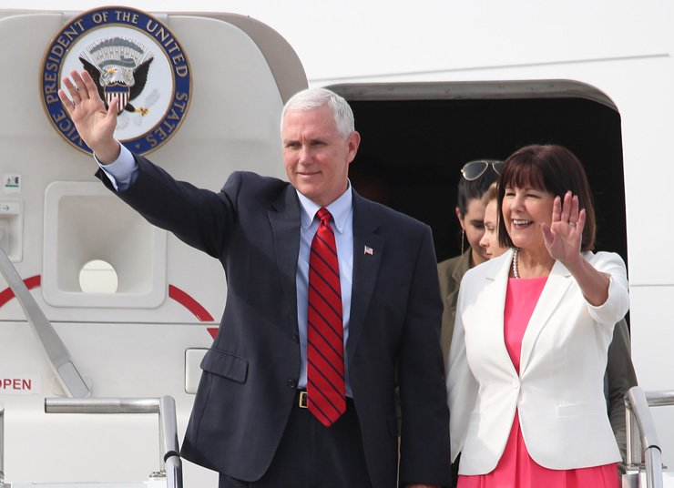 U.S. Vice President Mike Pence and his wife Karen Sue Pence wave as they step out of their plane that arrived at the U.S. air base in Osan, Gyeonggi Province, Sunday. South Korea is the first leg of Pence's four-nation trip that also includes Japan, Indonesia and Australia, lasting until April 25. / Yonhap