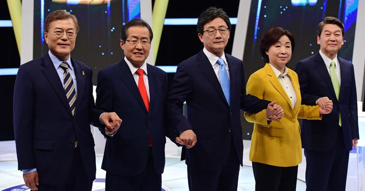 Presidential candidates hold hands before their final TV debate at MBC headquarters in Seoul, Tuesday. They are, from left, Moon Jae-in of the Democratic Party of Korea, Hong Joon-pyo of the Liberty Korea Party, Yoo Seong-min of the Bareun Party, Sim Sang-jung of the Justice Party and Ahn Cheol-soo of the People's Party. / Joint press corps
