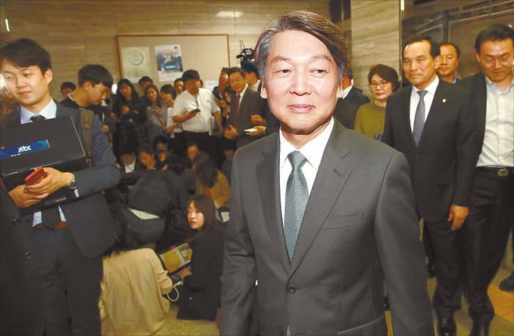 <p style='text-align: justify;'>Former People's Party presidential candidate Ahn Cheol-soo leaves a ceremony to formally disband the party's campaign, Wednesday. / Yonhap</span><br /><br />