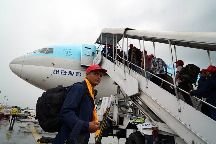 <span>In this Sep. 20, 2015, photo, 56 Nepalese workers ― with tags containing company names and contact numbers ― board a Korean Air flight bound for South Korea at Tribhuvan International Airport in Kathmandu, Nepal. / Korea Times file</span><br /><br />