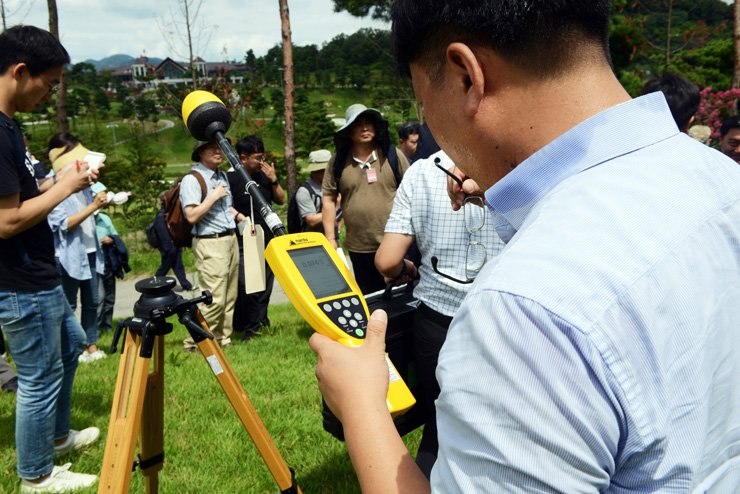 A government official measures electromagnetic radiation from a U.S. Terminal High Altitude Area Defense (THAAD) battery in Seongju, North Gyeongsang Province, Saturday. The small-scale environmental impact study, conducted by the defense and environment ministries, found the electromagnetic radiation and noise levels were within legal limits. / Yonhap