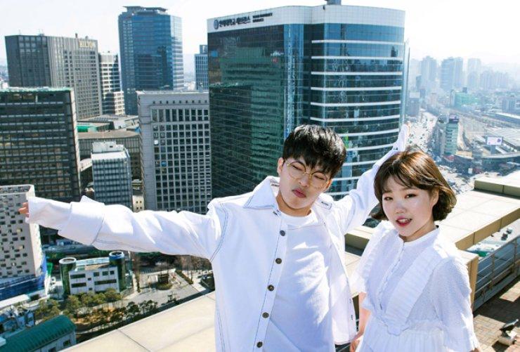 Lee Chan-hyuk (left) and Lee Su-hyun of Akdong Musician / Korea Times file