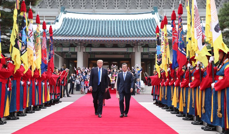 President Moon Jae-in and U.S. President Donald Trump inspect an honor guard during the official welcoming ceremony for Trump at Cheong Wa Dae, Tuesday. South Korea is the second stop of the U.S. president's five-nation Asian tour. He departs for China Wednesday. / Yonhap