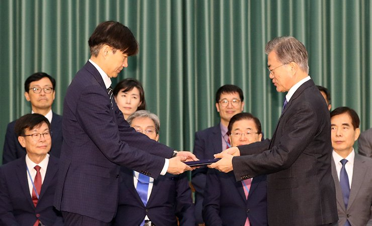 President Moon Jae-in, right, presents new Justice Minister Cho Kuk with his certificate of appointment at the presidential office of Cheong Wa Dae in Seoul, Monday. Yonhap