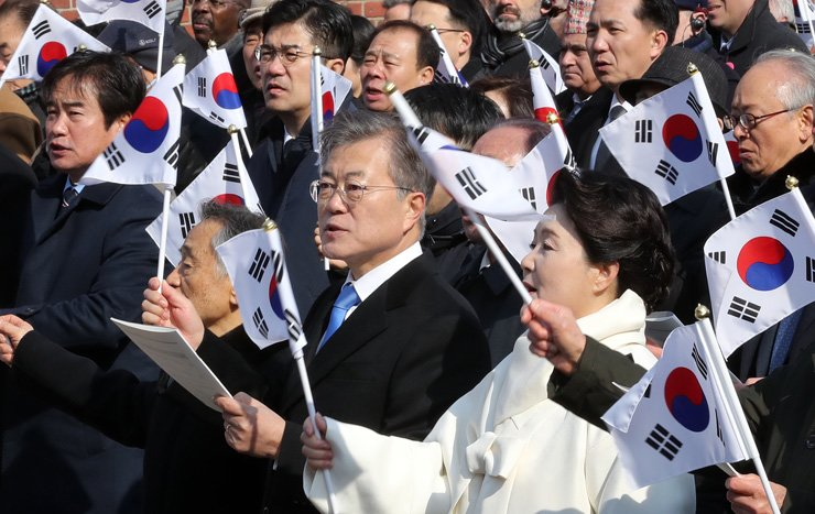 President Moon Jae-in and first lady Kim Jung-sook sing a memorial song for the March 1st Independence Movement during a ceremony to mark its 99th anniversary at Seodaemun Prison History Hall in Seoul, Thursday. / Yonhap