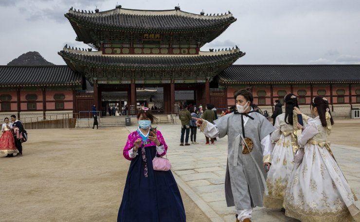 People wear masks at the Gyeongbok Palace in Seoul, South Korea, Wednesday, Jan. 29, 2020. Korea Times photo by Shim Hyun-chul