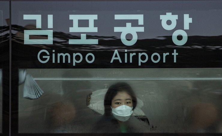 A masked passenger rides a bus in Seoul ,Monday, Jan. 27, 2020. Korea Times photo by Shim Hyun-chul