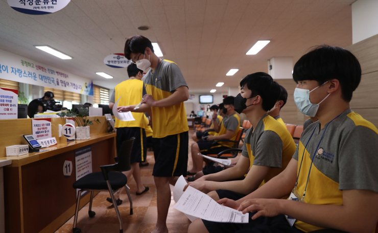 Men wait for an examination during conscription at the Seoul Regional Military Manpower Administration in Yeongdeungpo-gu, Seoul, Monday. Amid fears of a coronavirus infection, almost all examinees and medical staff there wore masks. Korea Times photo by Shim Hyun-chul