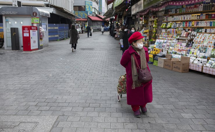 One of the main streets in Namdaemun which is nearly empty. The city is hit by a decreasing number of tourists from China. Korea Times photo by Shim Hyun-chul