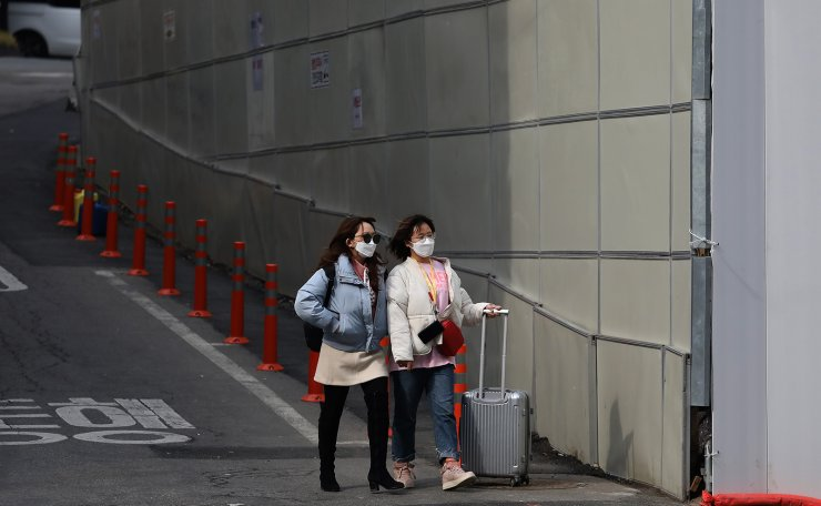People wearing mask are seen at Namdaemun Market in Seoul,  South Korea, Tuesday, Feb. 24, 2020.  Korea Times photo by Choi Won-suk