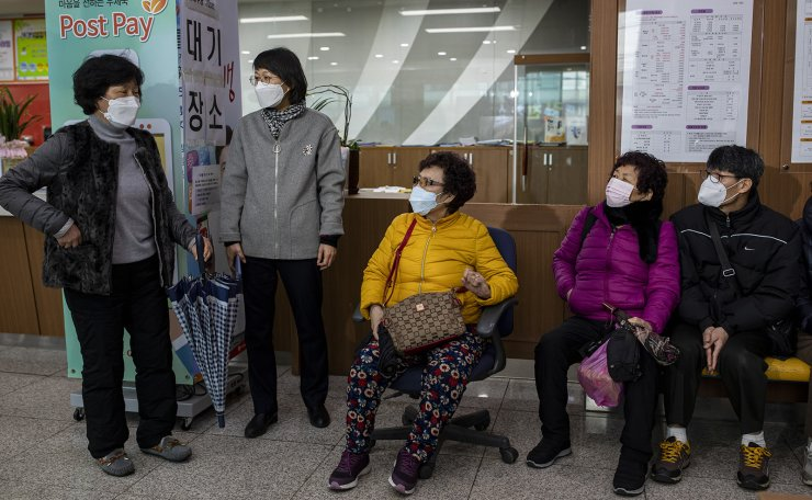 People line up to buy face masks to protect themselves from the coronavirus in Paju, South Korea, Tuesday, Feb. 27, 2020. Korea Times photo by Shim Hyun-chul