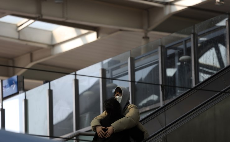 A couple wearing face masks are seen at the Seoul Railway Station in Seoul, South Korea, Wednesday, March 4, 2020. Korea Times photo by Choi Won-suk