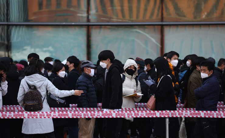 Hundreds of people line up to buy face masks to protect themselves from the coronavirus in front of Seoul Station in Seoul, South Korea, Tuesday, March 2, 2020. Korea Times photo by Choi Won-suk