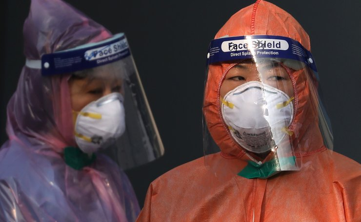 Medical staffs wearing protective suits wait for the patients to arrive at a testing facility in Seoul, South Korea, Wednesday, March 4, 2020. Korea Times photo by Choi Won-suk