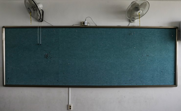 The bulletin board is empty of notices at Seoul Girls' High School in Seoul, Thursday. Korea Times photo by Shim Hyun-chul