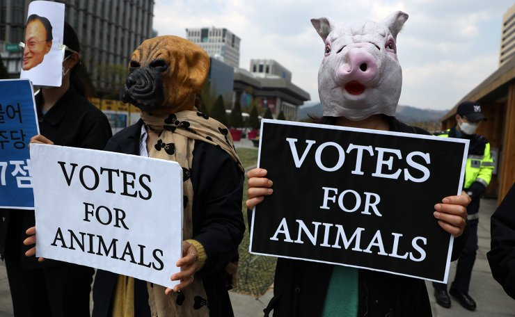Members of animal rights groups hold placards in Gwanghwamun Square in central Seoul, Friday, urging voters to cast ballots for candidates who take animal rights issues seriously, in the April 15 general election. Korea Times photo by Choi Won-suk