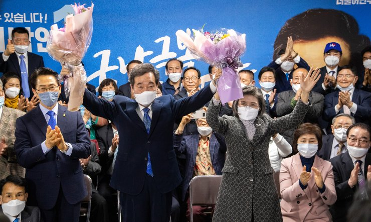 Ruling Democratic Party of Korea candidate Lee Nak-yon holds up a bouquet of flowers at his election office in Jongno, Wednesday, after his victory over Hwang Kyo-ahn, chairman of the main opposition United Future Party, for a National Assembly seat representing the central Seoul constituency in the general election. Lee Hee-hoon/OhmyNews/Pool Photo