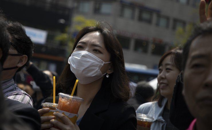 People wearing face masks to help protect against the spread of the new coronavirus are seen at  the parliamentary election rally in Seoul, April 14, 2020. Korea Times photo by Choi Won-suk