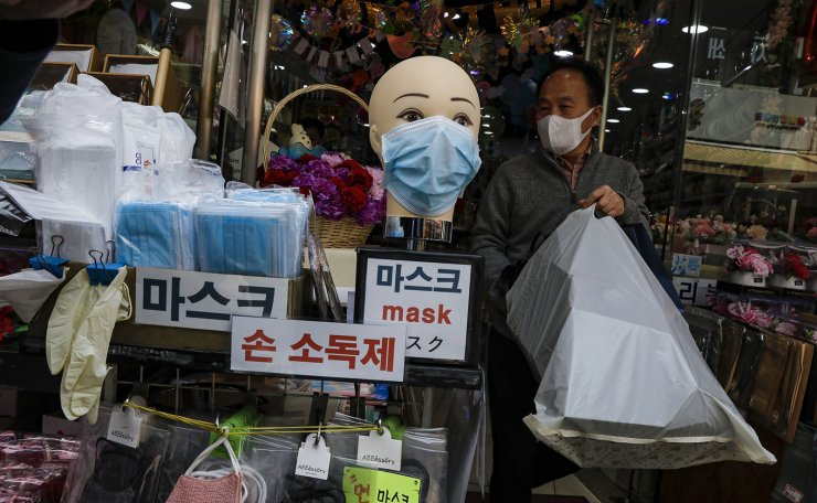 A man is seen wearing a face mask at the Namdaemun shopping district in Seoul, Wednesday, April. 27, 2020. Korea Times photo by Shim Hyun-chul