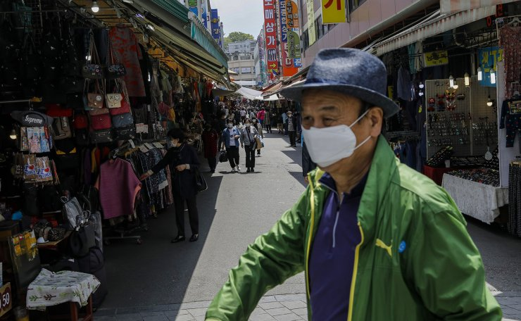 People are seen wearing face masks at the Namdaemun shopping district in Seoul, Wednesday, April. 27, 2020. Korea Times photo by Shim Hyun-chul