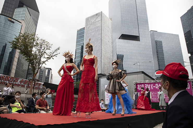 Models wearing face masks wait in line during a fashion show amid the coronavirus pandemic in Seoul, Aug. 14. Korea Times photo by Choi Won-suk