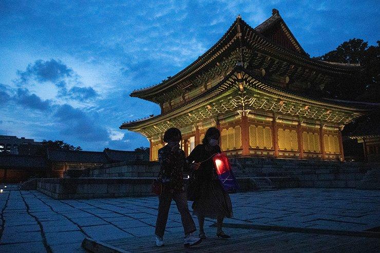 Visitors holding cheongsachorong (traditional Korean lanterns) pass by Injeongjeon, the main throne hall of Changdeok Palace and National Treasure No. 225, during the Moonlight Tour. Korea Times photo by Choi Won-suk