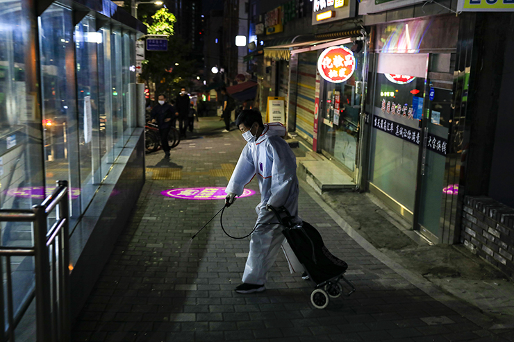 Jobseekers flock to the Guro labor market in the early morning before darkness has lifted. Korea Times photo by Shim Hyun-chul