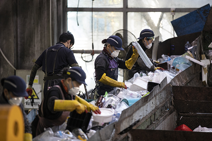A worker sorts recyclable material from plastic waste at a landfill site in Yongin, Gyeonggi Province, Oct. 19. Korea Times photo by Choi Won-suk