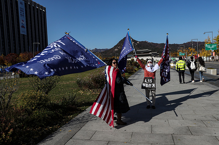 A Korean supporter of U.S. President Donald Trump holds a banner outside the U.S. Embassy in Seoul, Nov. 4. Korea Times photos by Shim Hyun-chul