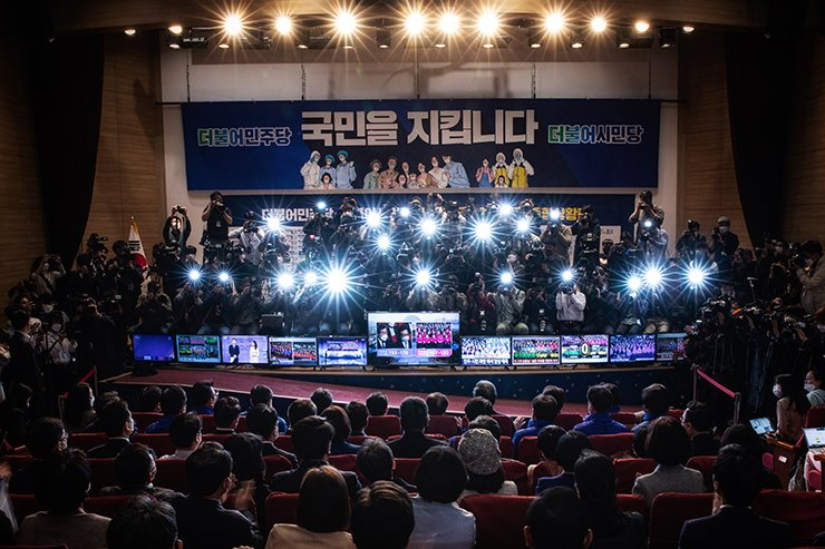 Election night: Members of the ruling Democratic Party of Korea and its satellite party Civil Together sit as they wait for election results to be announced on TV amid a media frenzy, April 15. Korea Times photo by Shim Hyun-chul