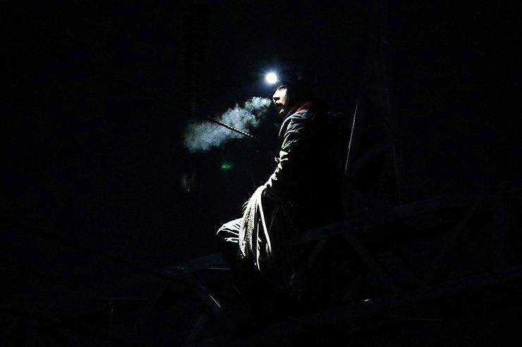 A rail worker breathes out while working on Donghae Nambu Line near Taehwagang Station in the southeastern coastal city of Ulsan early in the morning on Jan. 21. Yonhap