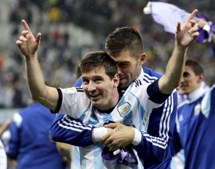 Argentina's Lionel Messi is hugged by a teammate after Argentina defeated the Netherlands 4-2 in a penalty shootout after a 0-0 tie after extra time to advance to the finals during the World Cup semifinal match at the Itaquerao Stadium in Sao Paulo Brazil, Wednesday. /AP-Yonhap
