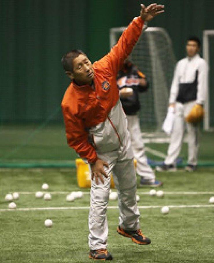 Hanwha Eagles manager Kim Seung-keun is coaching athletes in Kochi, Japan. / Yonhap