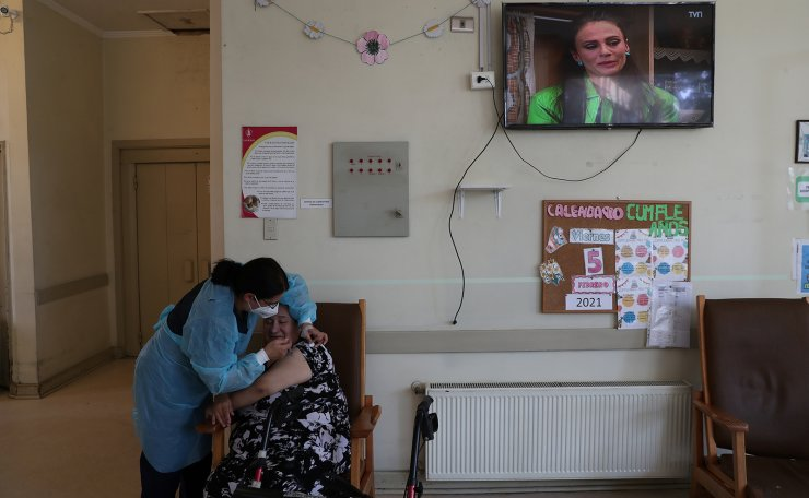 A healthcare worker administers a dose of Sinovac's CoronaVac coronavirus disease (COVID-19) vaccine as Chile starts to vaccinate elderly people living in nursing homes in Santiago, Chile, February 5, 2021. REUTERS