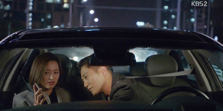 Song Joong-ki(top) and Song Hye-kyo from 'Descendants of the Sun'