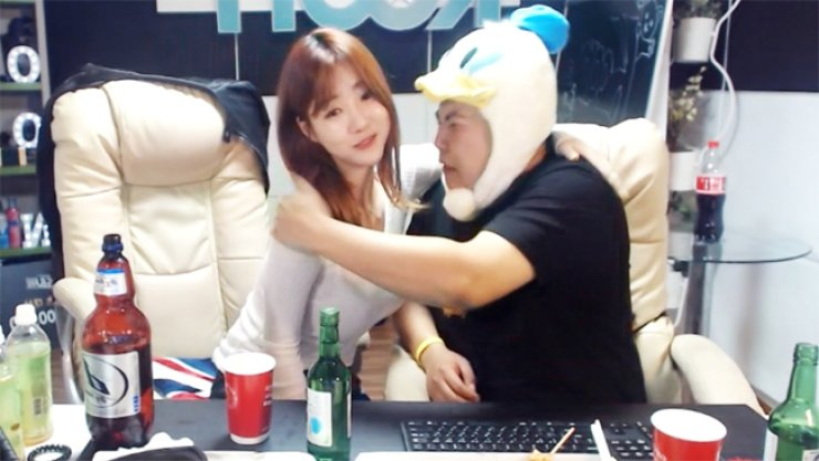 <span>BJ Shelly knows how to keep her fans glued to her channel, in this case demonstrating how to deal with a male guest obnoxiously drunk on soju and beer.</span><br /><br />