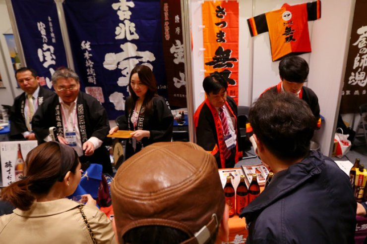 One hundred Japanese breweries introduced about 400 sakes at COEX, eastern Seoul, from Saturday to Sunday. <br />/ Yonhap