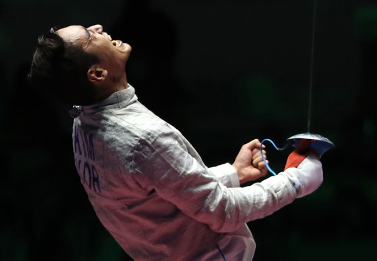 South Korean fencer Kim Jung-hwan won bronze in the men's individual sabre at the Rio de Janeiro Olympics on Wednesday, defeating Iran's Mojtaba Abedini 15-8. / Yonhap