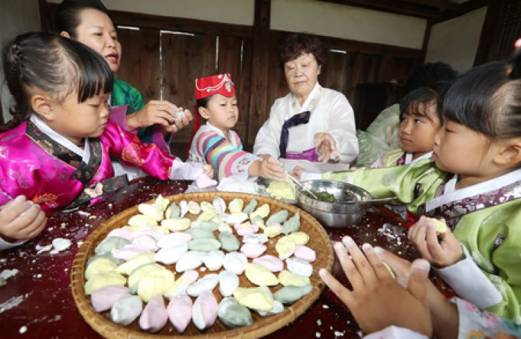 The government has recommended the business community extend the Chuseok holiday to nine days. / Yonhap