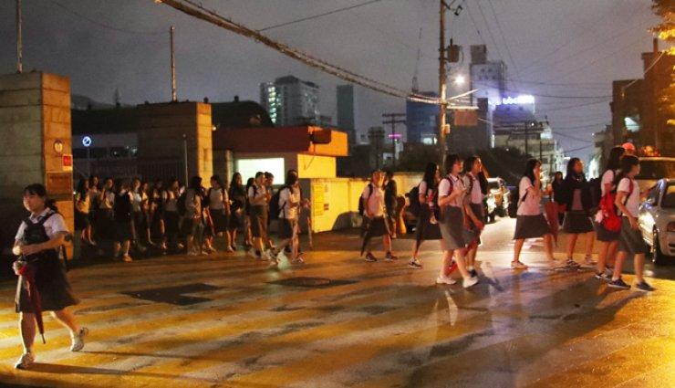 Students leave Ulsan Girls' High School after two earthquakes hit Gyeongju, North Gyeongsang Province, just above Ulsan, Monday night. / Yonhap