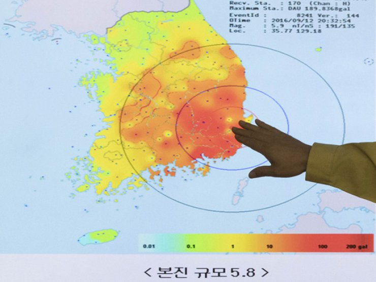 A Korea Meteorological Administration official explains the epicenter of the record magnitude-5.8 earthquake at the agency's office, Monday night. / Yonhap