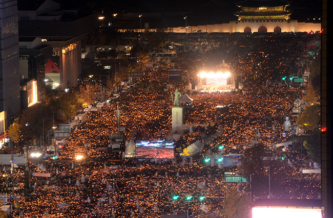 Massive crowds in central Seoul demand President Park Geun-hye's resignation over the growing influence-peddling scandal involving her close confidante Choi Soon-sil on Saturday night. / Korea Times photo by Shim Hyun-chul