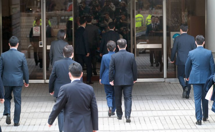 Ousted former Korean President Park Geun-hye enters Seoul Central District Court in Seocho-gu, Seoul, Thursday morning, to face a court hearing over 13 charges including bribery, coercion, abuse of power and the leaking of state secrets. / Yonhap