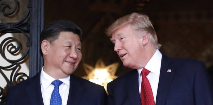 Chinese President Xi Jinping (left) smiles at U.S. President Donald Trump as they pose together for photographers before dinner at Mar-a-Lago in Palm Beach, Florida, Apr. 6. / AP-Yonhap