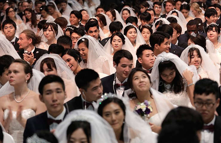 Couples from around the world attend a mass wedding ceremony at the Cheong Shim Peace World Center in Gapyeong, South Korea, Thursday, Sept. 7, 2017. About 4,000 South Korean and foreign couples exchanged or reaffirmed marriage vows in the Unification Church's mass wedding arranged by Hak Ja Han Moon, wife of the late Rev. Sun Myung Moon, the controversial founder of the Unification Church. / AP-Yonhap